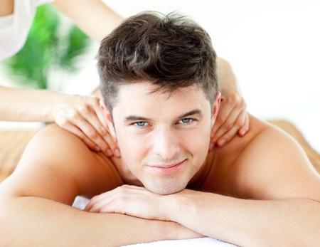 masajes relajacion: Guapo hombre sonriente, disfrutando de un masaje de espalda Foto de archivo
