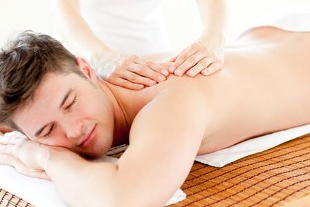 massage homme: Charismatique homme détendu en appréciant un massage du dos