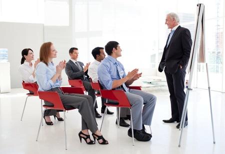 formacion empresarial: Senior empresario dando una Conferencia
