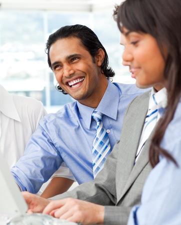 multinacional: Riendo a empresario con su equipo de trabajo