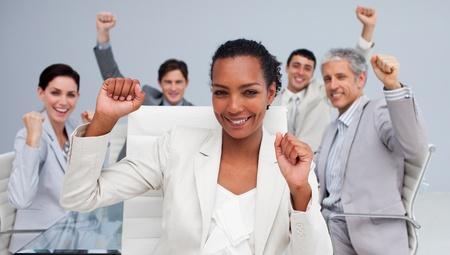 gl�cklicher kunde: Gl�ckliche multi-ethnic business team feiert einen Erfolg Lizenzfreie Bilder