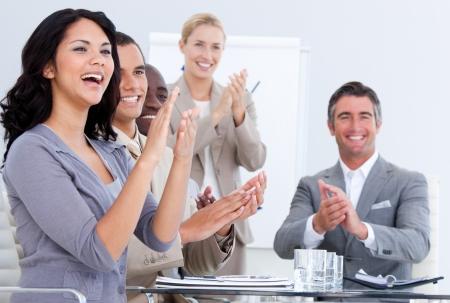 Uomini d'affari allegro applaudire in una riunione