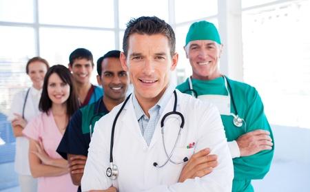 Atractive läkare som står med sina kolleger