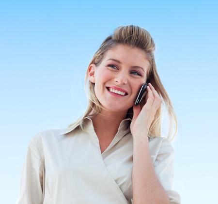 hablando por telefono: Bella empresaria hablando por tel�fono Foto de archivo