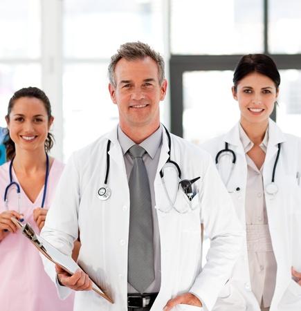 Senior Smiling Doctor mit seinen Kollegen Stockfoto