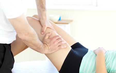 masaje deportivo: Primer plano de una mujer recibe un masaje de piernas