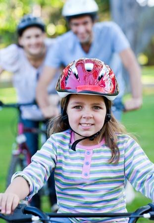 ni�os en bicicleta: Ni�a linda, andar en bicicleta  Foto de archivo