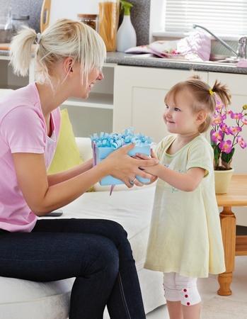 Gut aussehende Frau bekommen Überraschung von ihrer Tochter Lizenzfreie Bilder - 10163706