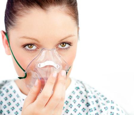 zuurstof: Close-UPF van de zieke vrouw met een masker te kijken naar de camera