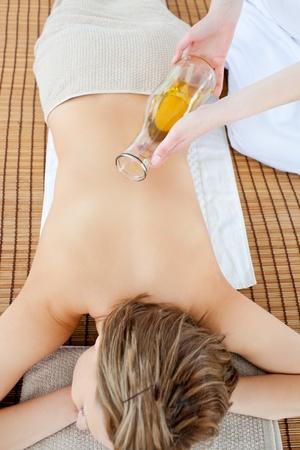 olio corpo: Attractivel donna con un massaggio con olio da massaggio