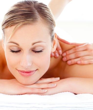 masaje: Retrato de una mujer atractiva acostado en una camilla. Foto de archivo