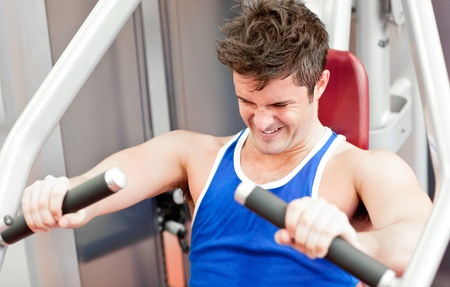 musculation: Strong athletic man using a bench press
