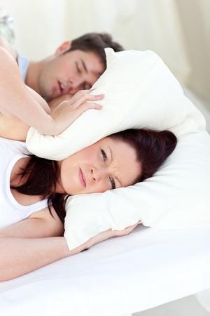 obudził: Młoda kobieta zirytowany przez chrapie z chłopakiem w sypialni Zdjęcie Seryjne