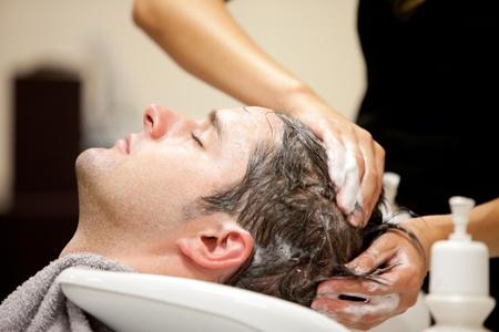 coupe de cheveux homme: Bel homme shampooed Banque d'images