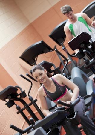 muskeltraining: Happy young Couple Übungen mit Ausrüstungen in einem Sportzentrum