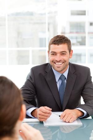 Fr�hliche Gesch�ftsmann bei einem Treffen mit einem Kollegen