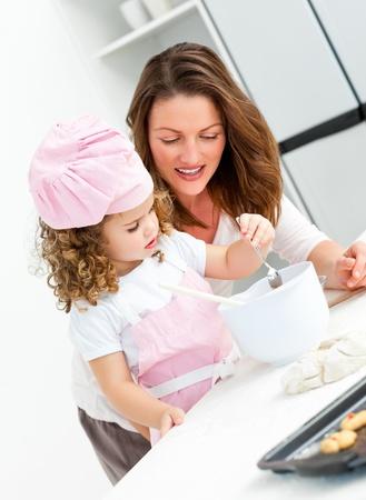 mere cuisine: Petite fille avec sa cuisine belle m�re ainsi que Banque d'images