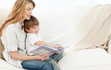 mujer leyendo libro: Madre de lectura con su hijo Foto de archivo