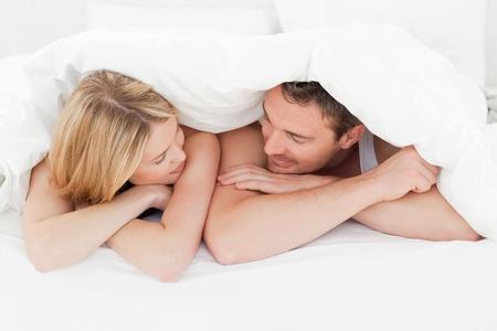 pareja abrazada: Bonita pareja en la cama