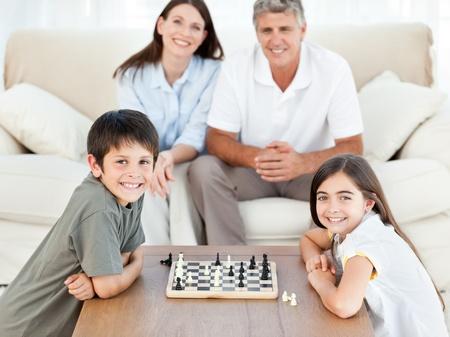 Portrait eines kleinen Familie in ihrem Wohnzimmer