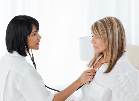 Pensione donna con la sua infermiera a casa