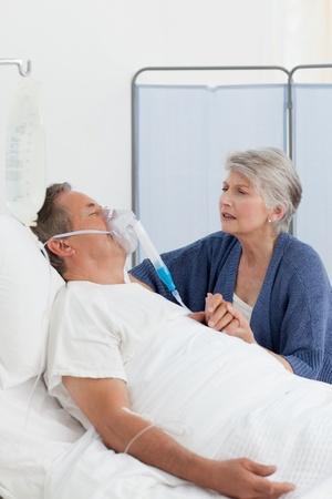 Gamla kvinnor som tar hand om sin man hemma