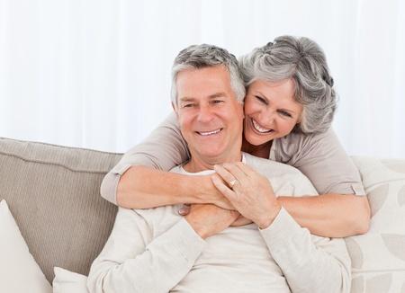 Rijpe vrouw knuffelen haar man thuis