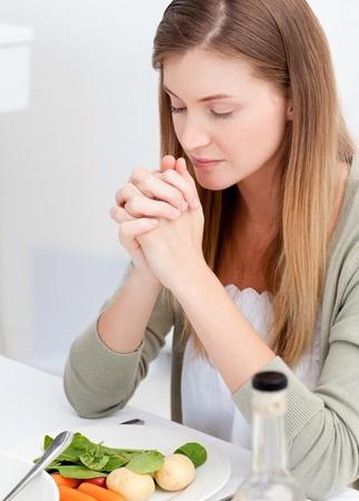family praying: Adorable familia rezando en la mesa
