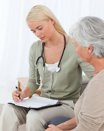 enfermera con paciente: Doctor hablando con su paciente
