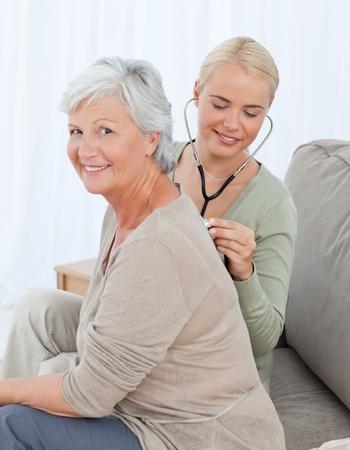 ヘルスケア: 看護師の自宅で彼女の患者の heartbreat を取る