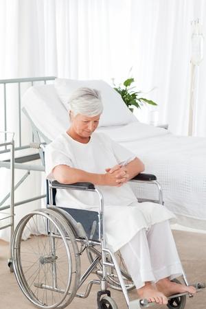 Wunderbare Krankenschwester und ihre mündigen Patienten in die Kamera schaut
