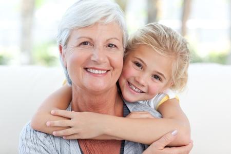 Hübsches, kleines Mädchen mit ihrer Großmutter in die Kamera blicken