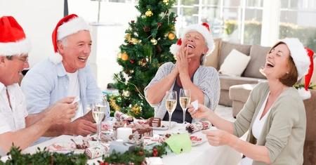 comida de navidad: Seniors el d�a de Navidad en casa Foto de archivo