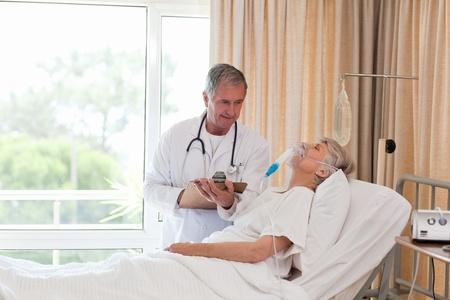 historia clinica: Doctor examinar su paciente Foto de archivo