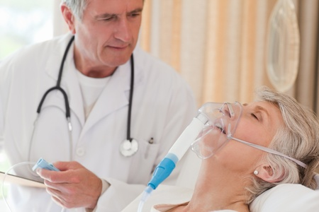 zuurstof: Arts de behandeling van zijn patiënt Stockfoto