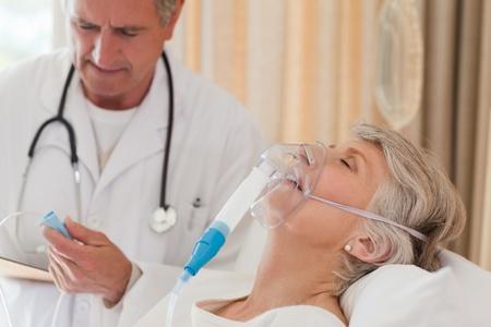 atmung: Arzt untersucht seinen Patienten