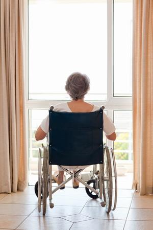 disability insurance: Coppia donna sulla sedia a rotelle con le spalle alla telecamera