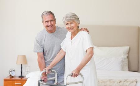 Man hilft seiner Frau zu Fuß Lizenzfreie Bilder - 10173148