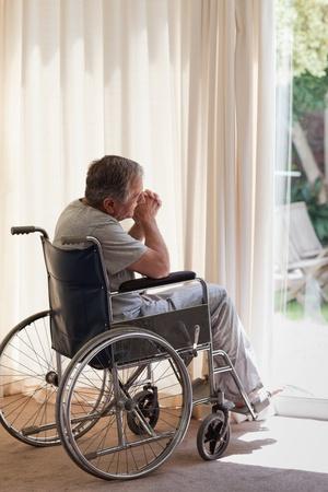 persona malata: Uomo anziano nella sua sedia a rotelle