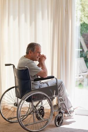 disability insurance: Uomo anziano sulla sedia a rotelle