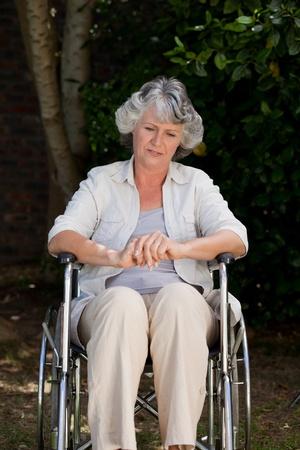 paraplegic: Lachende vrouw in haar rolstoel Stockfoto