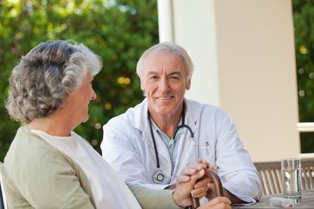 paraplegico: Médico jefe a hablar con su paciente adulto