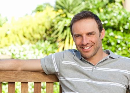 edad media: Retrato de un hombre sentado en un banco Foto de archivo