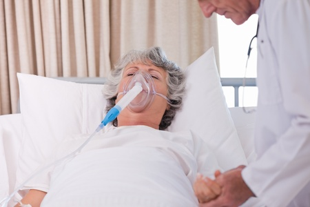 inhale: Senior doctor with his sick patient