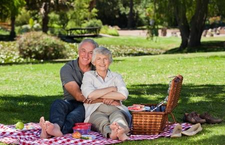 tercera edad: Pareja de ancianos picnic en el jard�n  Foto de archivo
