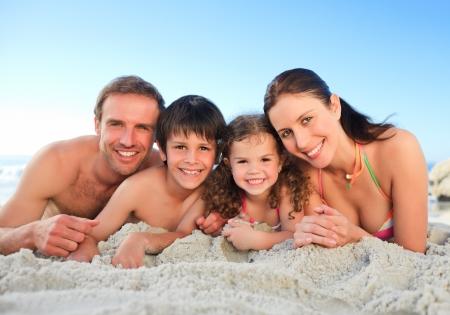 klein meisje op strand: Familie op het strand