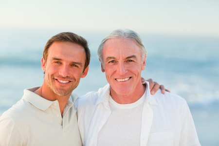 otec: Otec se synem na pláži