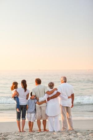 abuelos: Familia hermosa en la playa