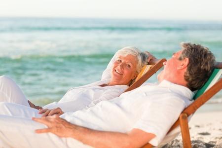 hombres maduros: Pareja de ancianos relajante en sus hamacas Foto de archivo