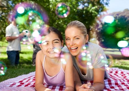 pique nique en famille: M�re et fille s'amuser dans le parc